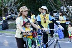Folk som rider cykeln runt om den Chiang Mai staden Royaltyfria Foton