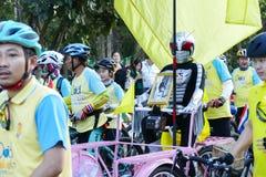 Folk som rider cykeln runt om den Chiang Mai staden Arkivfoto