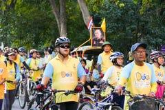 Folk som rider cykeln runt om den Chiang Mai staden Arkivbild