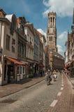 Folk som rider cyklar i centret av Bruges Royaltyfria Bilder