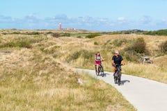 Folk som rider cyklar i dyn av Texel, Nederländerna Royaltyfri Fotografi