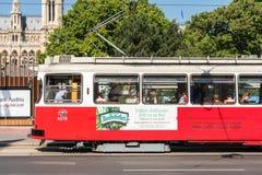 Folk som rider den moderna spårvagnen för att arbeta i den i stadens centrum Wien staden Arkivbilder