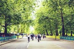 Folk som rider deras cyklar på det kloka loppet i London Royaltyfria Bilder