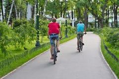 Folk som rider på cyklar Royaltyfria Bilder