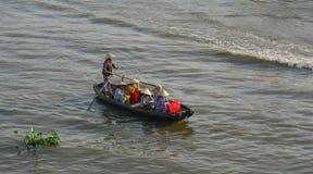 Folk som ror det lilla fartyget på floden i Vinh Long, Vietnam Arkivbild