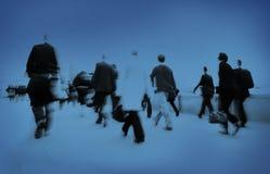 Folk som rusar arbetspendlaren som skynda sig folkmassabegrepp Arkivfoto