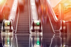 Folk som rusar i rulltrappor Gångtunnel tunnelbana royaltyfria foton