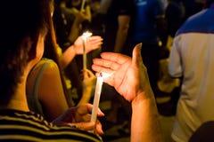 Folk som rymmer stearinljusvaka i sökande hopp för mörker, dyrkan, p royaltyfria bilder