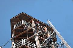 Folk som säkert learining till att klättra på en träbyggnad säkerhet arbetare, fara, klättra, roligt som är turist-, utrustning; royaltyfri foto