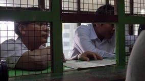 Folk som säljer biljetter på drevet på Mandalayen arkivfilmer