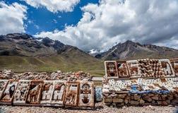 Folk som säljer filtar på den LaRaya marknaden, Cusco, Peru Royaltyfria Bilder
