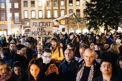 Folk som samlar i solidaritet med offer från Paris anfaller Arkivfoto