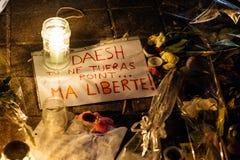 Folk som samlar i solidaritet med offer från Paris anfaller Arkivbilder