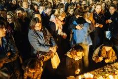 Folk som samlar i solidaritet med offer från Paris anfaller Royaltyfria Foton