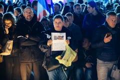 Folk som samlar i solidaritet med offer från Paris anfaller Fotografering för Bildbyråer