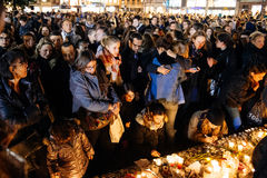 Folk som samlar i solidaritet med offer från Paris anfaller Arkivbild