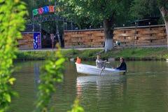 Folk som seglar i det vita fartyget på sjön Royaltyfria Bilder
