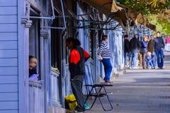 Folk som ser begagnade bokstalls i Madrid Arkivbilder