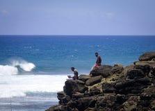 Folk som ser havet i Mauritius Island Royaltyfria Bilder