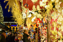 Folk som ser julpynt i den Munich marknaden Arkivbild
