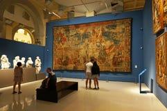 Folk som ser konstverket i Barcelona royaltyfria bilder