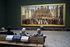 Folk som ser målning i den Brera konstgallerit, Milan Royaltyfri Bild