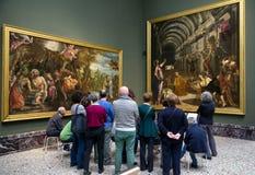 Folk som ser målning i den Brera konstgallerit, Milan Royaltyfri Fotografi