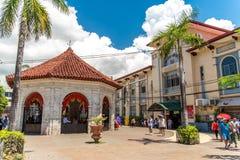 Folk, som ser Magellans korsa, Cebu stad, Filippinerna royaltyfri fotografi