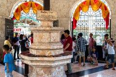 Folk, som ser Magellans korsa, Cebu stad, Filippinerna royaltyfri bild