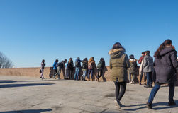 Folk som ser panorama i Turin Arkivfoton