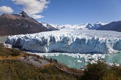 Folk som ser Peritoen glaciar Moreno. Arkivbilder
