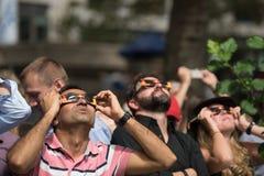 Folk som ser upp på förmörkelse 2017 i New York City Arkivbild
