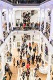 Folk som shoppar för böcker i arkiv Fotografering för Bildbyråer