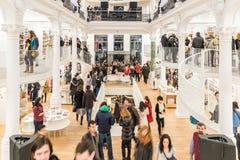 Folk som shoppar för böcker i arkiv Royaltyfri Foto