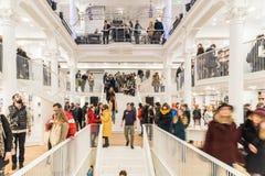 Folk som shoppar för böcker i arkiv Royaltyfri Fotografi