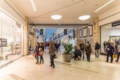 Folk som shoppar för jul i lyxig shoppinggalleria Arkivbild