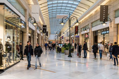Folk som shoppar för jul i lyxig shoppinggalleria Royaltyfria Foton
