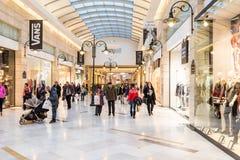 Folk som shoppar för jul i lyxig shoppinggalleria Fotografering för Bildbyråer