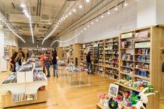 Folk som shoppar för litteraturböcker i arkivgalleria Arkivbilder