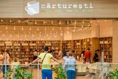 Folk som shoppar för litteraturböcker i arkivgalleria Royaltyfria Foton