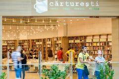Folk som shoppar för litteraturböcker i arkivgalleria Royaltyfria Bilder