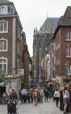 Folk som shoppar i Aachen Tyskland Royaltyfri Bild
