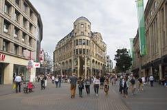Folk som shoppar i Cologne, Tyskland Royaltyfri Foto