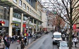 Folk som shoppar i Cologne, Tyskland royaltyfria bilder