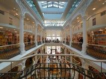 Folk som shoppar i den Carturesti bokhandeln som är ansedd den mest härliga bokhandeln i Bucharest arkivfoton