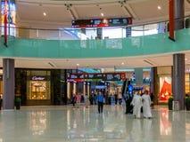 Folk som shoppar i den Dubai gallerian Arkivfoton