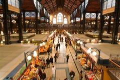 Folk som shoppar i den stora saluhallen på Budapest Arkivfoton