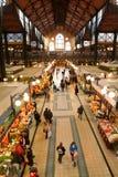 Folk som shoppar i den stora saluhallen på Budapest Royaltyfri Bild