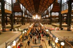 Folk som shoppar i den stora saluhallen på Budapest Royaltyfri Foto