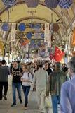 Folk som shoppar i den storslagna basaren i Istanbul Royaltyfri Fotografi